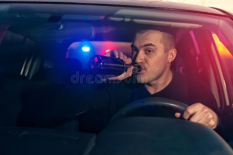 O motorista bêbado perseguiu pela polícia ao conduzir o carro fotografia de stock