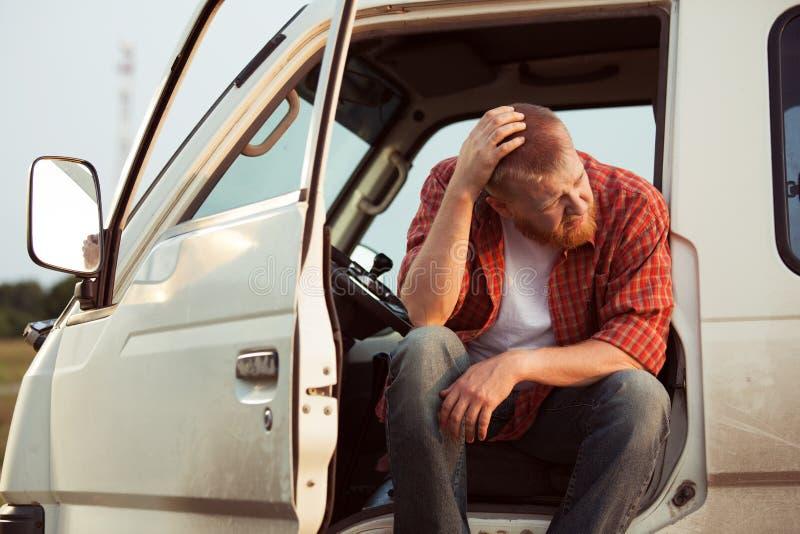 O motorista do carro está sentando o pensamento imagem de stock royalty free