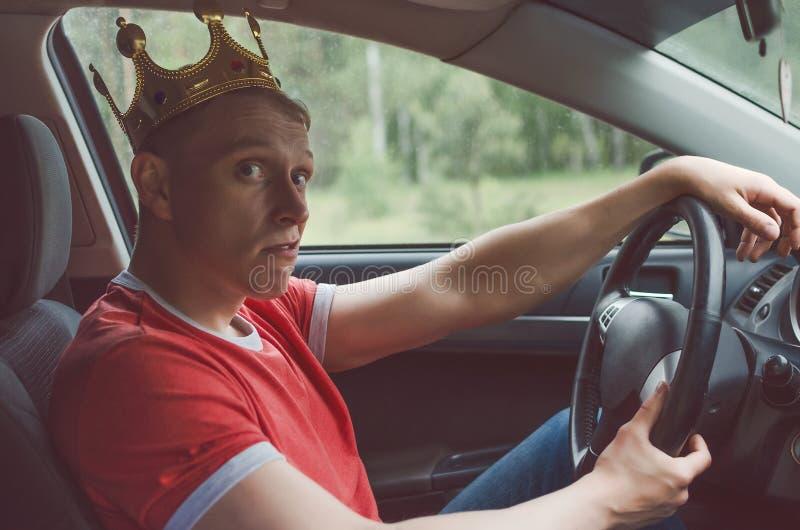 O motorista está conduzindo um carro imagem de stock royalty free