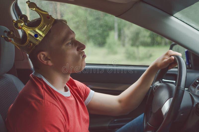 O motorista está conduzindo um carro imagens de stock royalty free