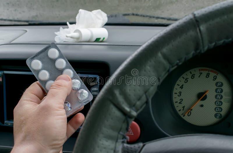O motorista guarda um pacote dos comprimidos foto de stock