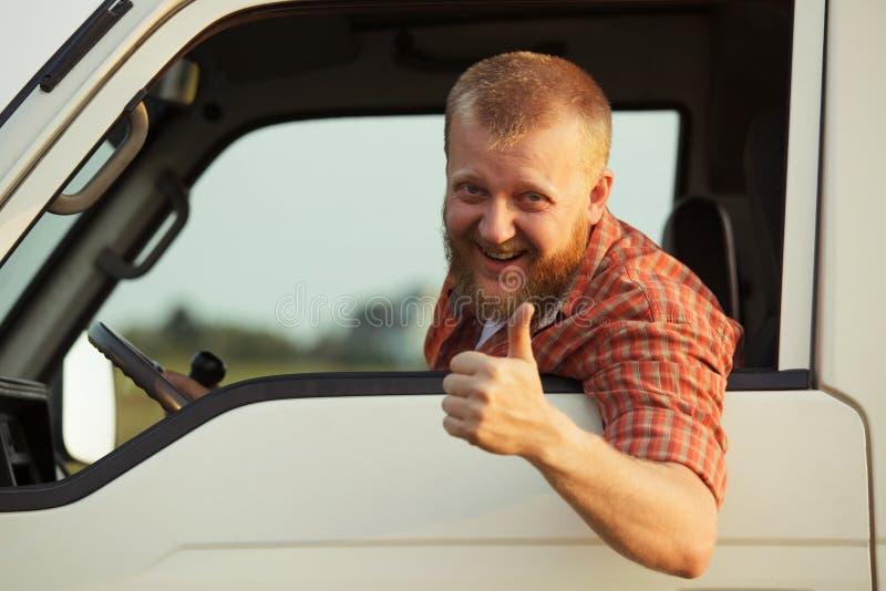O motorista mostra que ele toda está bem imagens de stock royalty free