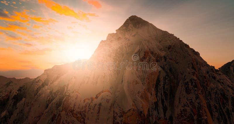 O Mountain View com a silhueta da neve na cena do por do sol com queda do sol e o raio iluminam-se, nuvens no fundo imagens de stock royalty free