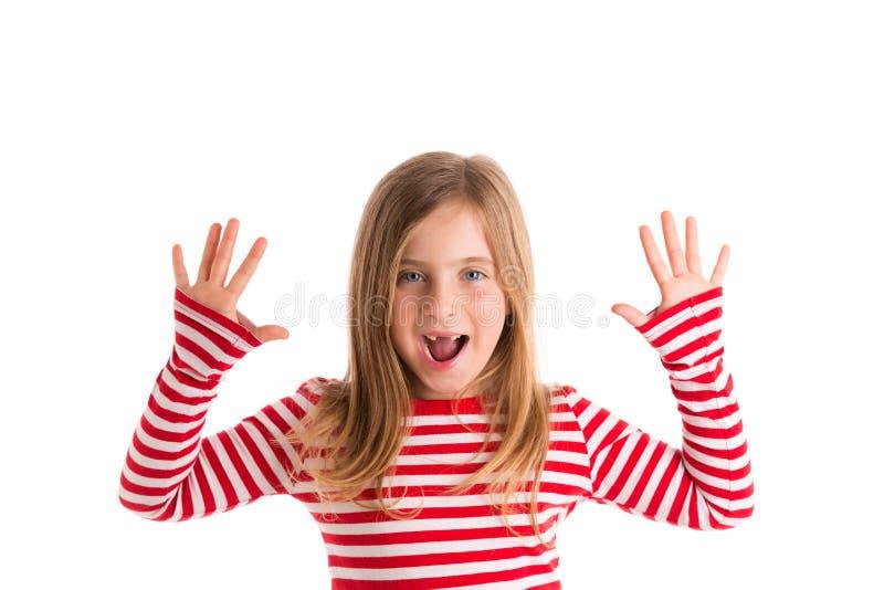 O mounth aberto recortado louro da criança entrega feliz fotos de stock