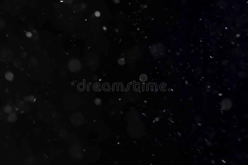 O movimento abstrato das partículas da névoa da poeira no fundo escuro preto overlay pronto foto de stock royalty free