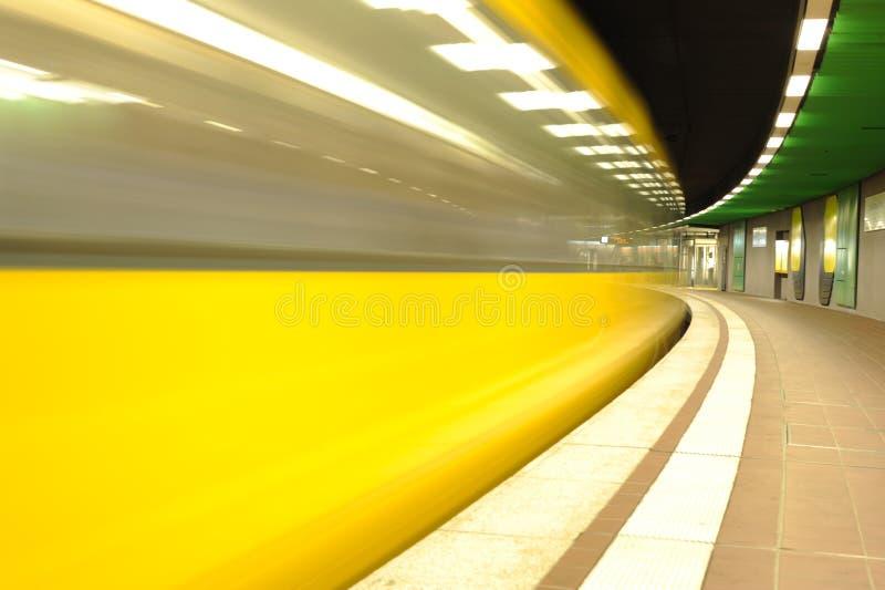 O movimento borrou o trem da velocidade no metro imagens de stock