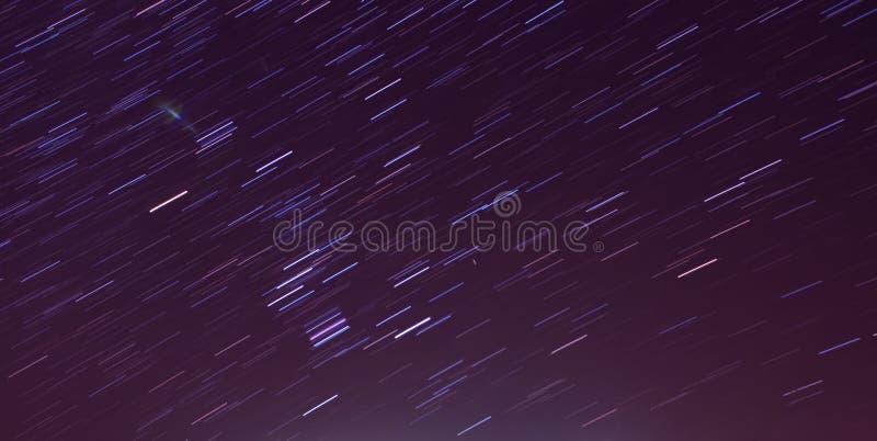 O movimento da estrela arrasta no céu noturno, imagem de stock royalty free