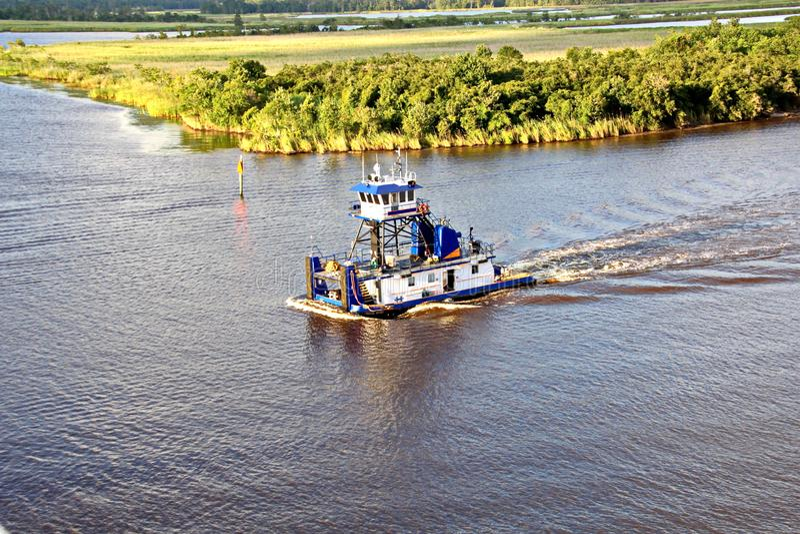 O movimento de navios mercantes e de reboquees do mar à entrada e à saída do porto Beaumont, Texas imagens de stock royalty free