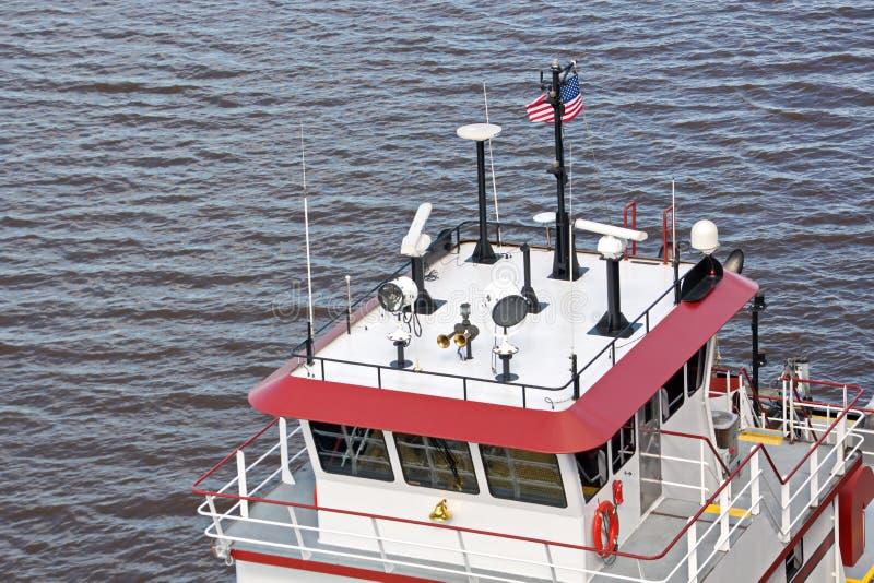 O movimento de navios mercantes e de reboquees do mar à entrada e à saída do porto Beaumont, Texas imagem de stock