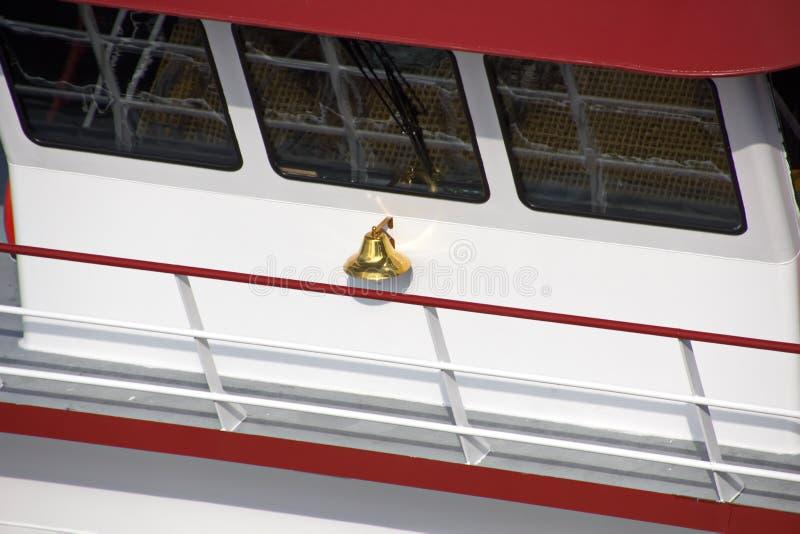 O movimento de navios mercantes e de reboquees do mar à entrada e à saída do porto Beaumont, Texas imagem de stock royalty free