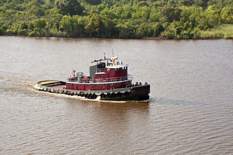 O movimento de navios mercantes e de reboquees do mar à entrada e à saída do porto Beaumont, Texas foto de stock royalty free