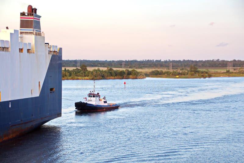 O movimento de navios mercantes e de reboquees do mar à entrada e à saída do porto Beaumont, Texas fotos de stock
