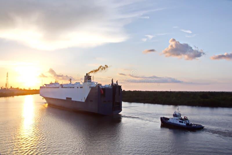 O movimento de navios mercantes e de reboquees do mar à entrada e à saída do porto Beaumont, Texas imagens de stock