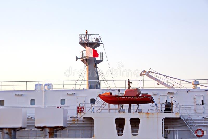 O movimento de navios mercantes e de reboquees do mar à entrada e à saída do porto Beaumont, Texas fotografia de stock