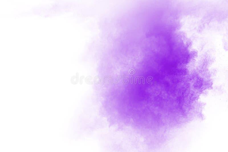 O movimento do roxo congelado abstrato da explosão de poeira no fundo branco fotos de stock