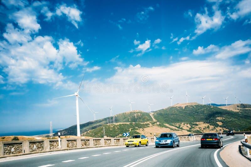O movimento dos veículos na autoestrada, estrada contra o backgr foto de stock royalty free