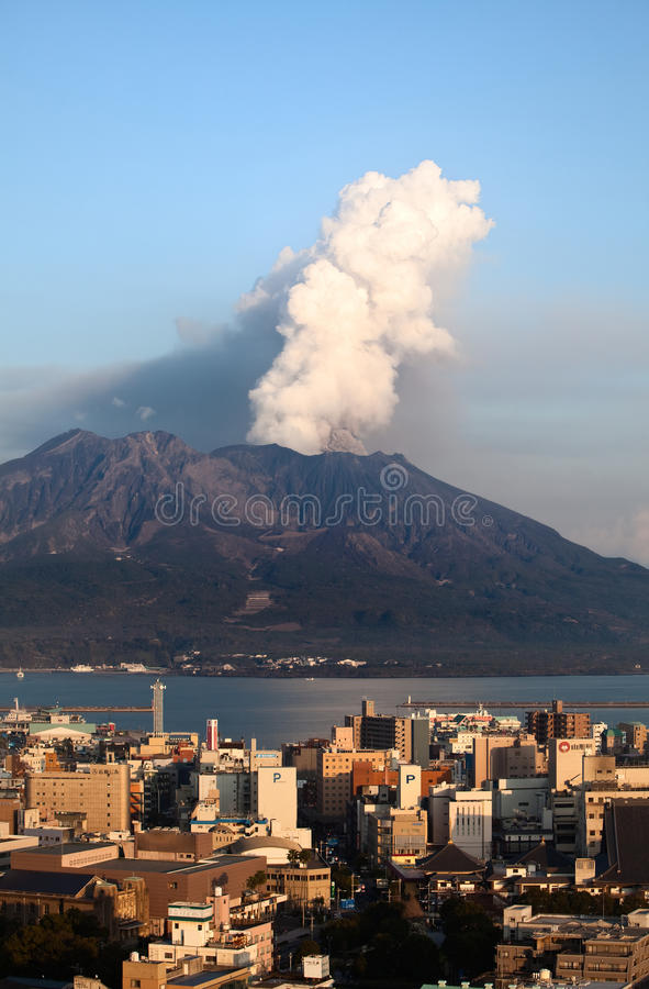 O Mt Sakurajima entra em erupção sobre a cidade de Kagoshima foto de stock
