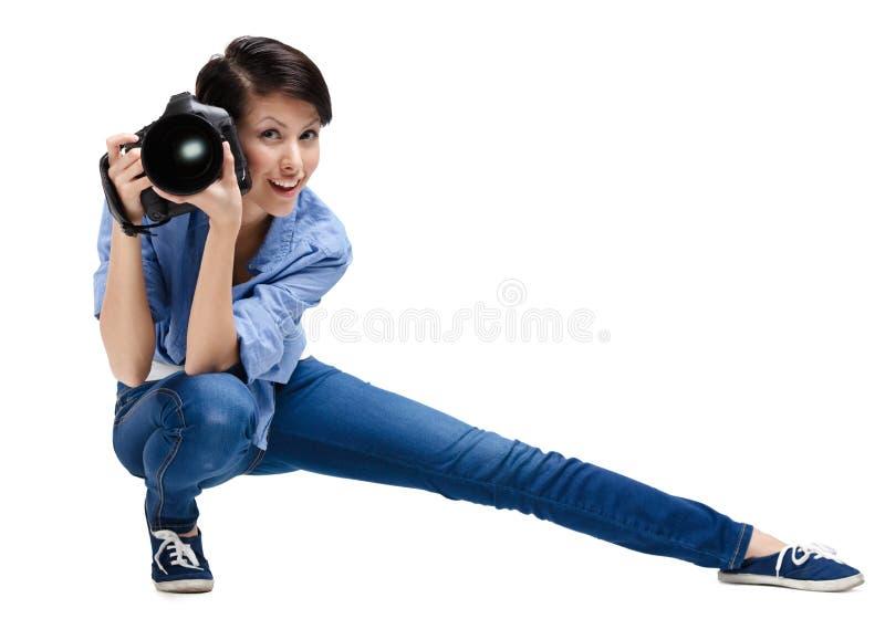 O mulher-fotógrafo competente toma imagens imagem de stock