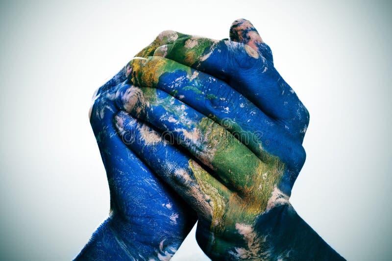 O mundo em suas mãos (mapa da terra fornecido pela NASA) ilustração do vetor