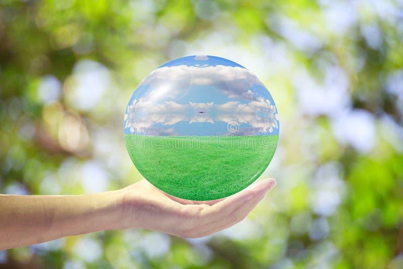 O mundo natural nas mãos de todos imagens de stock