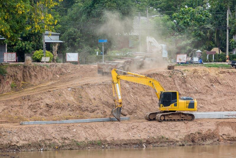 O muro de cimento da represa do rio da construção do projeto protege a quebra da costa do rio da água fotografia de stock royalty free