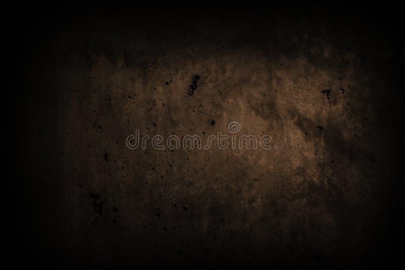 O muro de cimento do preto escuro com imperfeições e o cimento natural texture como a textura assustador do fundo com vignetting  fotografia de stock