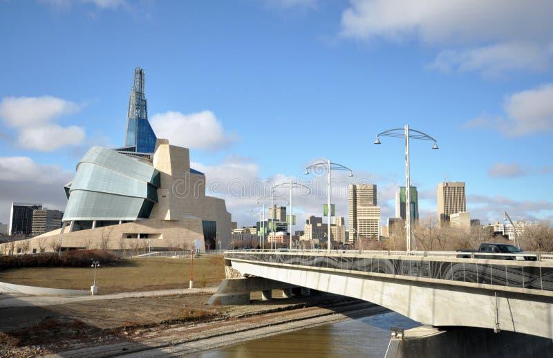 O museu canadense para direitos humanos aproxima o rio foto de stock royalty free