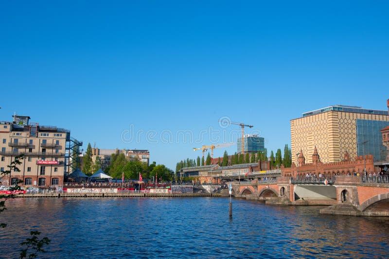 O museu da parede e a ponte de Oberbaum na cidade de Berlim em Alemanha fotografia de stock