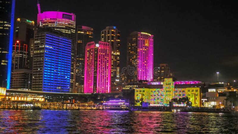 O museu de Sydney de arte contemporânea iluminou-se brilhantemente acima durante o festival vívido fotografia de stock