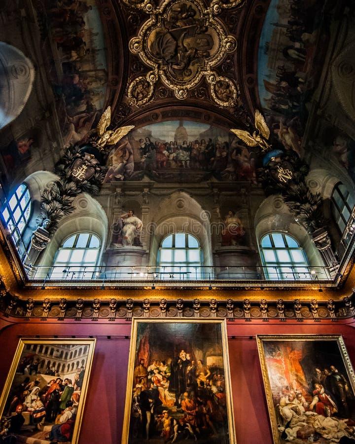 O museu do Louvre em Paris, França imagens de stock