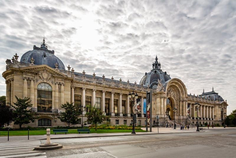 O museu do Petit Palais de belas artes na avenida Winston Churchill, Paris foto de stock