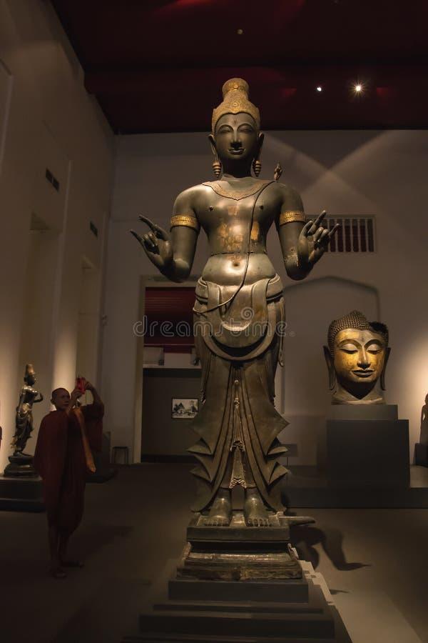 O Museu Nacional Banguecoque, buddha de pedra idoso foto de stock