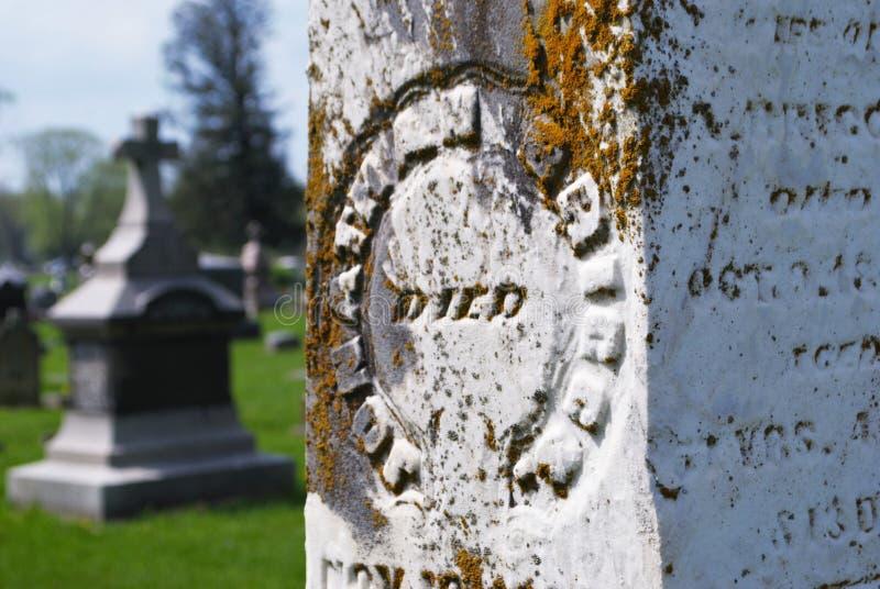 O musgo muito velho cobriu estátua/lápide quebradas em um cemitério imagem de stock royalty free