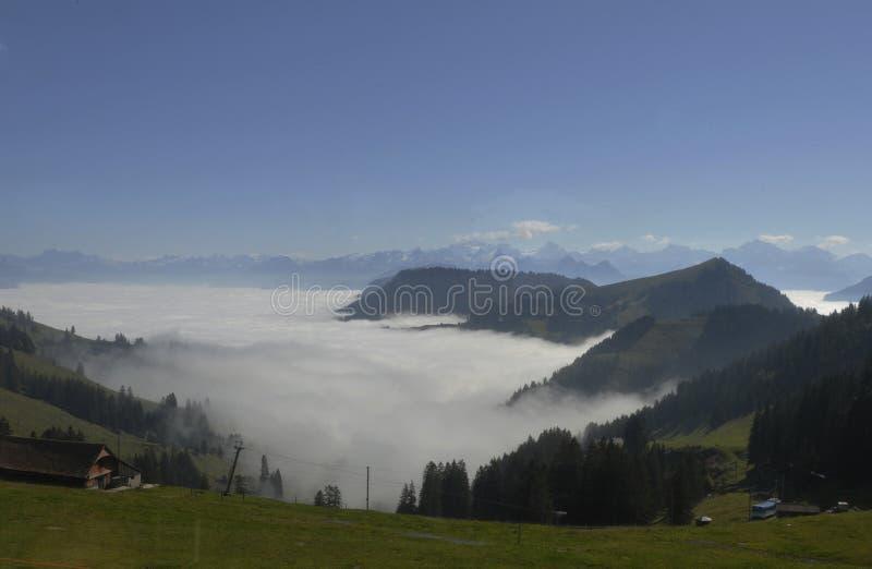 O névoa-oceano sobre os cumes suíços vistos de Rigi-Kulm perto de Kaltb fotografia de stock royalty free