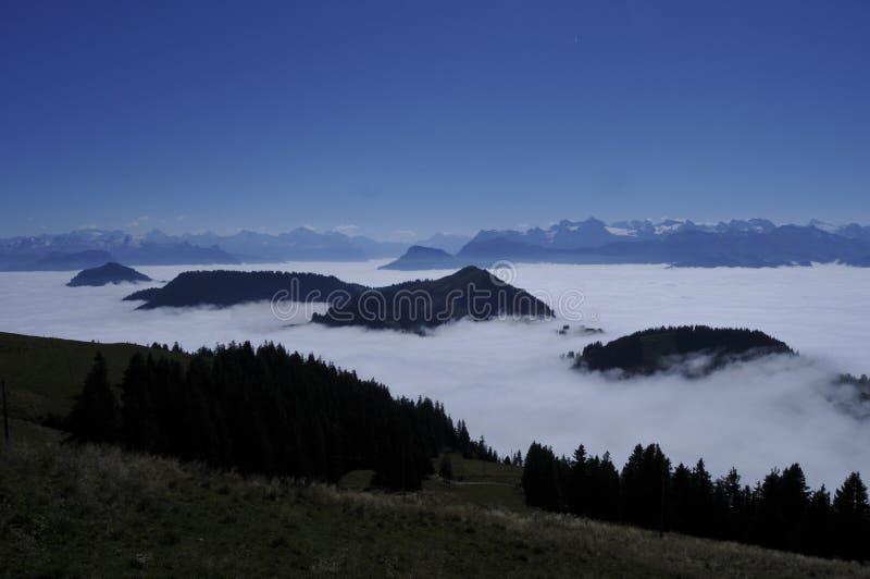 O névoa-oceano sobre os cumes suíços vistos de Rigi-Kulm perto de Kaltb imagens de stock