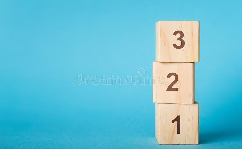 O número de madeira do alfabeto obstrui 123 no fundo azul fotos de stock