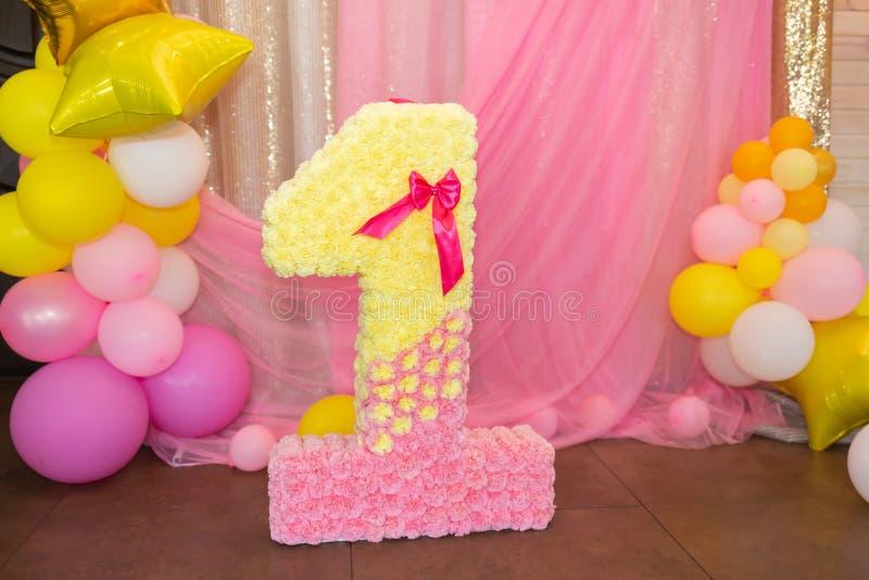 O número um em um fundo cor-de-rosa brilhante Fim acima imagem de stock