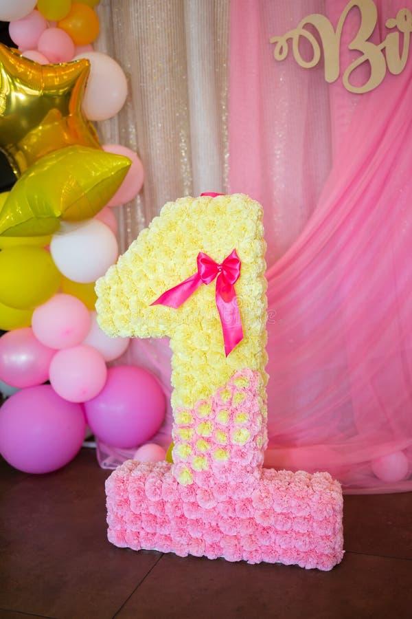 O número um em um fundo cor-de-rosa brilhante para comemorar os abetos imagens de stock royalty free