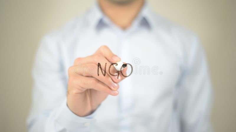 O.N.G., écriture d'homme sur l'écran transparent image stock