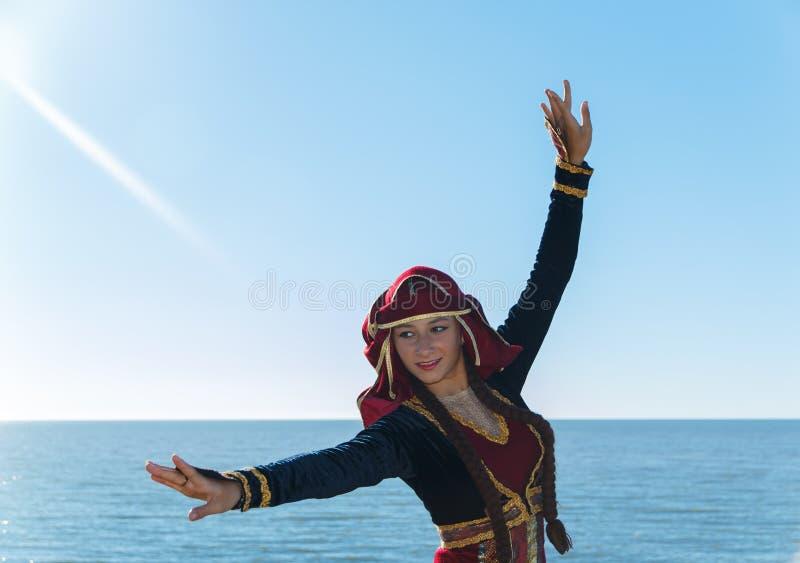 O nacional georgian de dança da mulher veste o mar fora fotos de stock