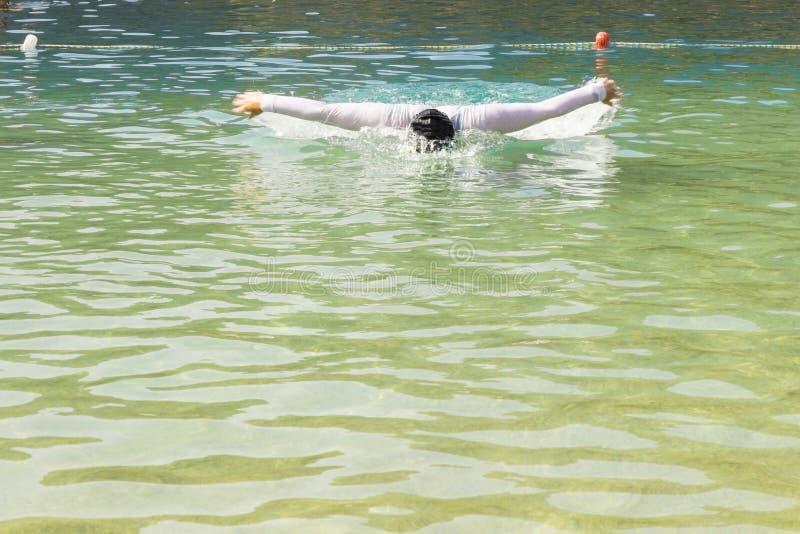 O nadador mergulha nas profundidades do mar Fundo fotos de stock royalty free