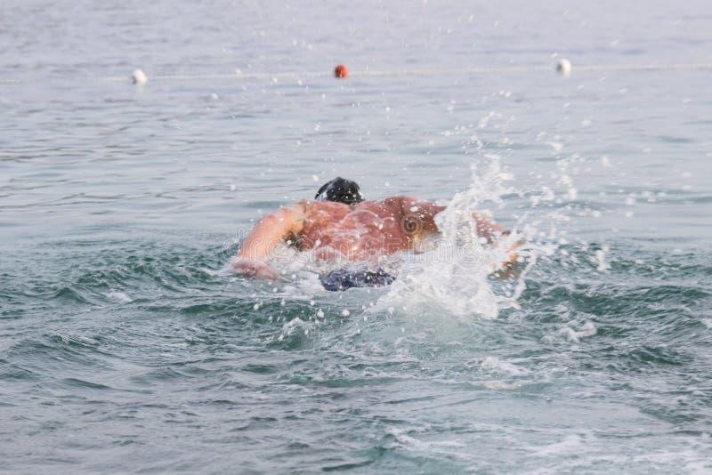 O nadador mergulha nas profundidades do mar Fundo foto de stock