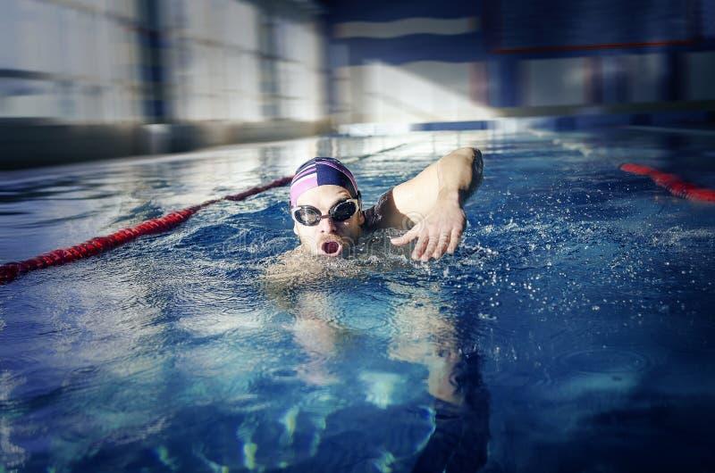 O nadador nada na associação imagem de stock