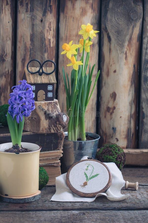 O narciso amarelo das flores da mola e o jacinto azul com cruz costuraram o snowdrop no fundo de madeira imagens de stock