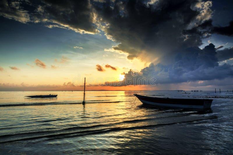O nascer do sol bonito e o barco no aru de Tanjung encalham, Labuan Malásia 23 imagem de stock