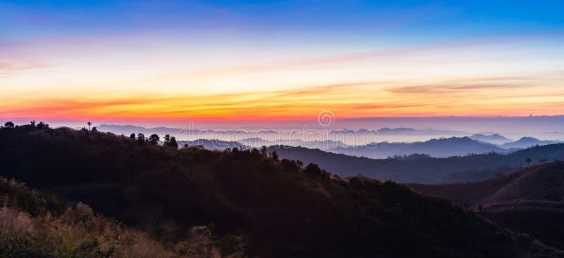 O nascer do sol colorido bonito com névoa branca cobriu a cordilheira das camadas no amanhecer fotografia de stock