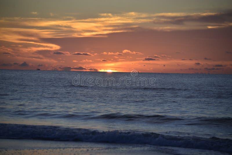 O nascer do sol como considerado de Amelia Island é sempre agitando e bonito quando visto da costa fotografia de stock royalty free