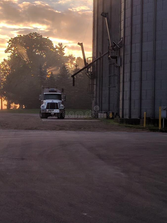 O nascer do sol da queda ilumina a recompensa da colheita fotografia de stock