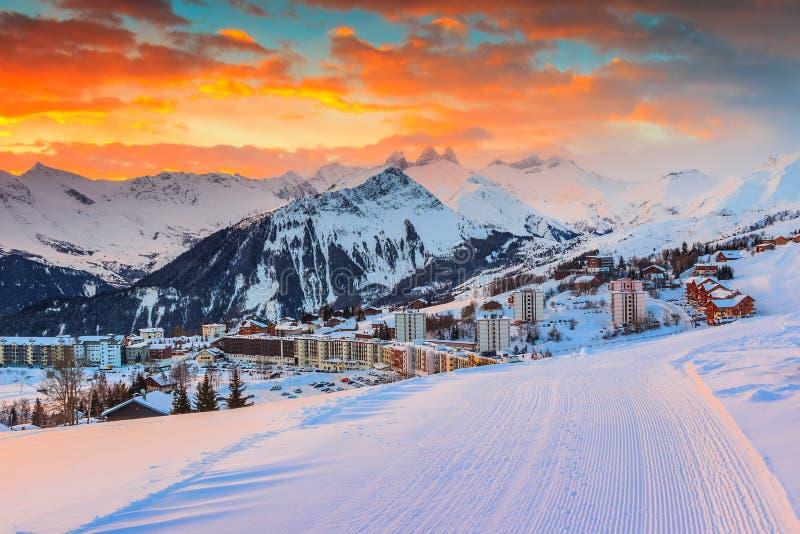 O nascer do sol e o inverno surpreendentes ajardinam, Les Sybelles, França, Europa fotos de stock