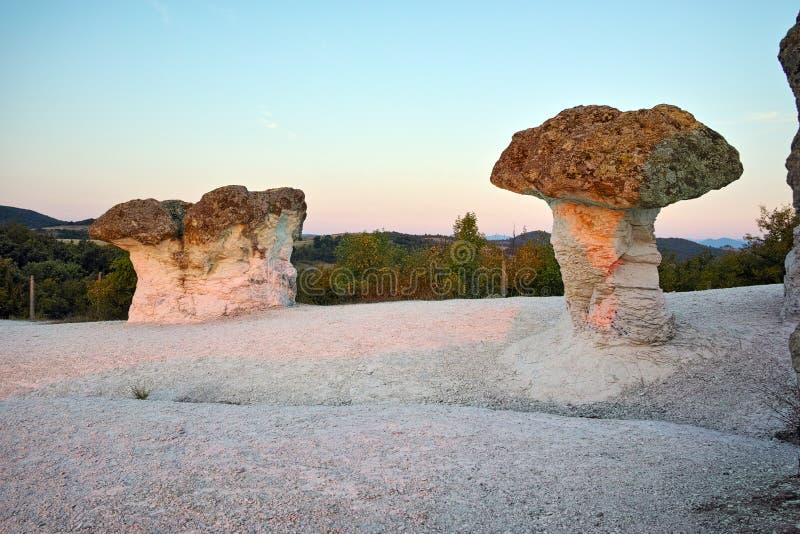 O nascer do sol em um fenômeno da rocha a pedra cresce rapidamente, Bulgária imagens de stock